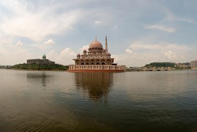 Dokumentasi Foto Measjid Putra berada di tepian danau buatan (Danau/Tasik Putrajaya) yang dibangun mengelilingi Putrajaya membuatnya tampak seperti masjid terapung bila dilihat dari kejauhan seberang danau. (Foto dari DANYSTYLE diFlickr dalam http://bujangmasjid.blogspot.co.id)