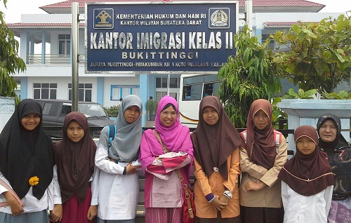 Dokumentasi Foto di Kantor Imigrasi Kelas II Bukittinggi dalam Rangka Pengurusan Paspor untuk Studi Banding Internasional Siswa Berprestasi dan Pembimbing Kabupaten Tanah Datar Ke Malaysia dan Singapura