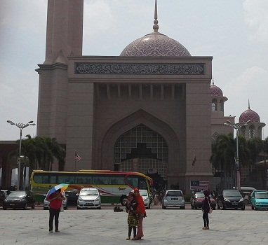 Dokumentasi Foto di Putra Square dengan Latar Mesjid Putra yang didominasi warna pink