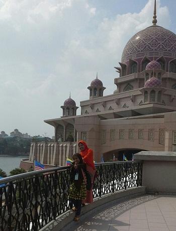 Dokumentasi Foto Penulis dan siswa bimbingan (Nessa Sapera) saat berada di samping Mesjid Putrajaya yang terletak di tepi Danau Putrajaya