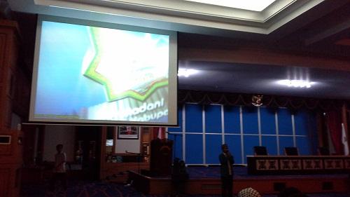 Menonton Film/Vedeo Profil Mesjid di Hall Convention Mesjid Agung Madani Islamic Centre Pasir Pangaraian Rokan Hulu, Kamis 5/5/2016