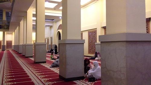 Selasar  bagian dalam Mesjid Agung Madani Islamic Centre Pasir Pangaraian. Pembatas antara Selasar dengan Ruang Sholat Utama berupa tonggak persegi panjang nan kokon (Rokan Hulu, Kamis 5/5/2016)