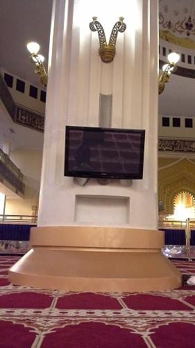 Salah satu pilar dari 4 pilar penyangga kubah utama mesjid; masing-masing pilar dilengkapi  TV dan lampu hias (Mesjid Agung Madani Islamic Centre Pasir Pangaraian Rokan Hulu, Kamis 5/5/2016)