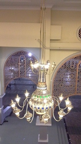 Lampu Hias Kembar Kanan/Kiri Sekitar Selasar Luar Bagian Timur (Mesjid Agung Madani Islamic Centre Pasir Pangaraian Rokan Hulu, Kamis 5/5/2016)