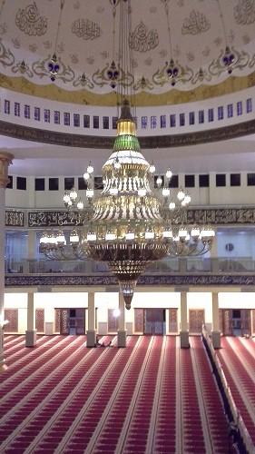 Lampu Gantung Ruang Utama Sholat Mesjid Agung Madani Islamic Centre Pasir Pangaraian. Lampu Gantung ini berhiaskan ornamen yang bahan-bahannya berasal dari berbagai daerah dan berbagai negara (Rokan Hulu, Kamis 5/5/2016)
