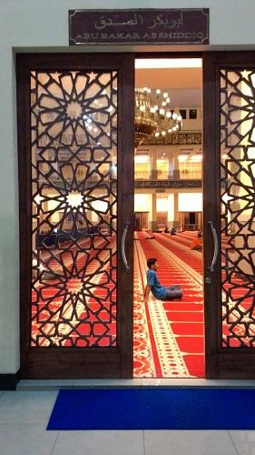 Pintu Abu Bakar As Siddiq  adalah Pintu Kanan Bagian Utara Mesjid Agung Madani Islamic Centre Pasir Pangaraian. (Rokan Hulu, Kamis 5/5/2016)