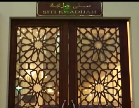 Pintu Siti Khadijah adalah Nama Pintu Kanan Bagian Timur Mesjid Agung Madani Islamic Centre (Pasir Pangaraian Rokan Hulu, Kamis 5/5/2016)