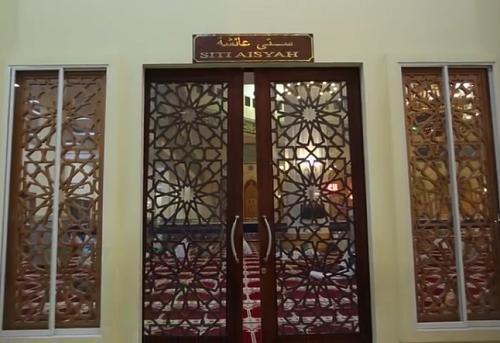 Pintu Siti Aisyah adalah Nama Pintu Kiri Bagian Timur Mesjid Agung Madani Islamic Centre (Pasir Pangaraian Rokan Hulu, Kamis 5/5/2016)