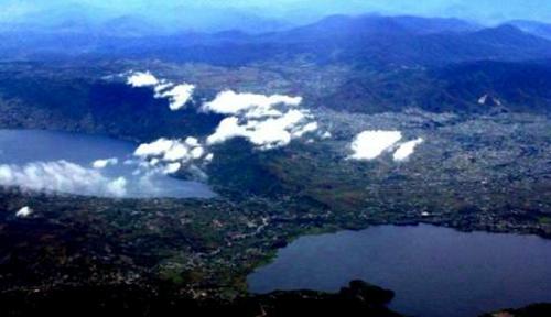 """""""Danau Diateh Danau Dibawah"""", danau kembar cantik nan unik (foto ww.pegi-pegi.com)"""