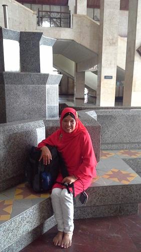 Ambil Dokumentasi Foto di Pinggiran Tempat Duduk Kolam Air Mancur Mesjid Agung At-Tin TMII Jakarta (Rabu 17 Agustus 2016)