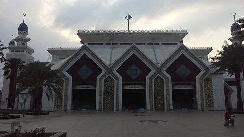 Ciri Unik dengan Lekukan-lekukan Anak Panah pada Pintu Masuk Mesjid Agung At-Tin TMII Jakarta Timur  (Rabu 17 Agustus 2016)