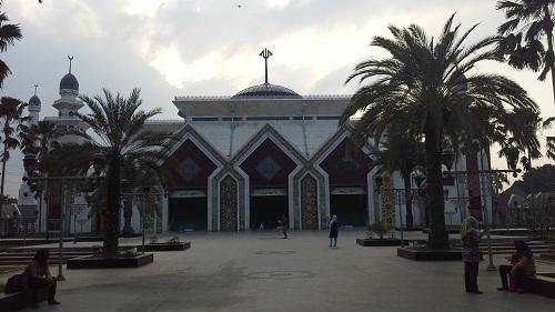 """Sisi Depan Mesjd Mesjid Agung At-Tin TMII Jakarta, terlihat Kubah Utama dengan Tulisan """"Allah"""" di puncaknya (Rabu 17 Agustus 2016)"""