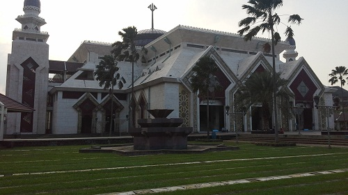 Arsitektur Unik dengan Lekukan-lekukan Anak Panah  pada Pintu Besar, Pintu Keci, dan Menara Mesjid Agung At-Tin TMII Jakarta Timur  (Rabu 17 Agustus 2016)