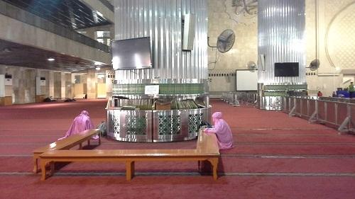 Pengunjung dapat membaca Al-Quran di dekat pilar Kubah Masjid Istiqlal Jakarta  (Kamis18 Agustus 2016)