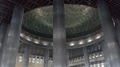 Dua belas pilar besar dan kokoh menopang bagian dalam Kubah Masjid Istiqlal Jakarta  (Kamis18 Agustus 2016)