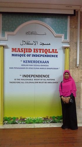 "Dokumentasi Foto dengan latar tulisan  Masjid Istiqlal  ""Mosque of Independence"" ( Masjid Istiqlal Jakarta, Kamis 18 Agustus 2016)"