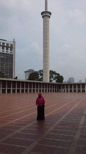 Dokumentasi foto di teras raksasa masjid dengan latar belakang menara Masjid Istiqlal Jakarta  (Kamis18 Agustus 2016)
