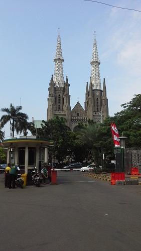 Pintu Gerbang Timur Masjid Istiqlal Jakarta berhadapan dengan Gereja Katedral  (Kamis 18 Agustus 2016)
