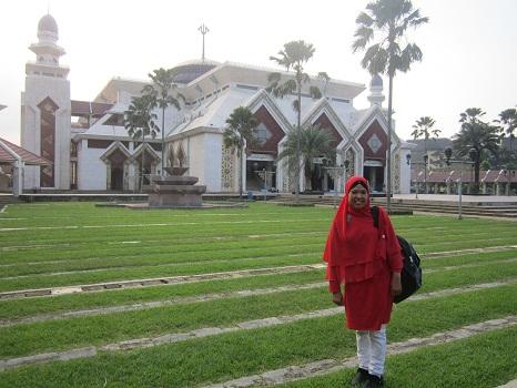 Dokumentasi Foto saat berada di Taman Rumput nan Hijau, salah satu sisi depan mesjid Mesjid Agung At-Tin TMII Jakarta Timur  (Rabu 17 Agustus 2016)