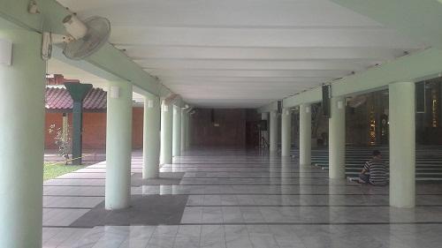 Deretan pilar penyangga pada selasar kiri ruang utama masjid (Masjid UI  Depok, Jumat 19 Agustus 2016)