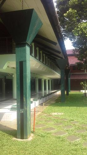 Deretan Tonggak Pipa Corong penampung dan peyaluran air hujan (Masjid UI  Depok, Jumat 19 Agustus 2016)