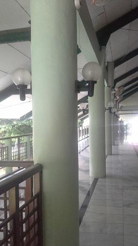 Lantai Dua berpadar dengan deretan pilar yang dilengkapi sepasang lampu, kipas angin dan AC (Masjid UI Depok (Universitas Indonesia Depok, Jumat 19 Agustus 2016)