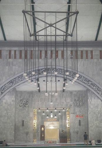 Lampu Gantung Ruang Utama Shalat Masjid UI  (Universitas Indonesia Depok, Jumat 19 Agustus 2016)