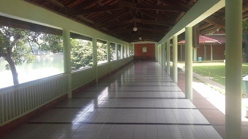 Koridor kiri Masjid UI Depok  yang besebelahan dengan Danau UI (Universitas Indonesia Depok, Jumat 19 Agustus 2016)