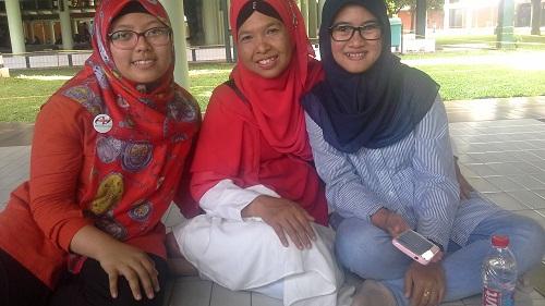 Dokumentasi Foto bersama Mahasiswi UI  yang berasal dari Sumatera Barat di Koridor kiri Masjid UI Depok (Universitas Indonesia Depok, Jumat 19 Agustus 2016)