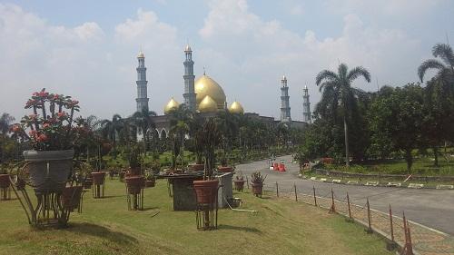 Penampakan Masjid Kubah Emas Depok  saat mendekati masjid (Jumat 19 Agustus 2016)