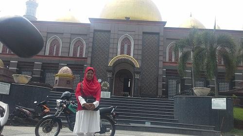 Dokumentasi Foto dengan Latar Area Pintu masuk Jamaah Laki-laki  Masjid Kubah Emas Depok  (Jumat 19 Agustus 2016)