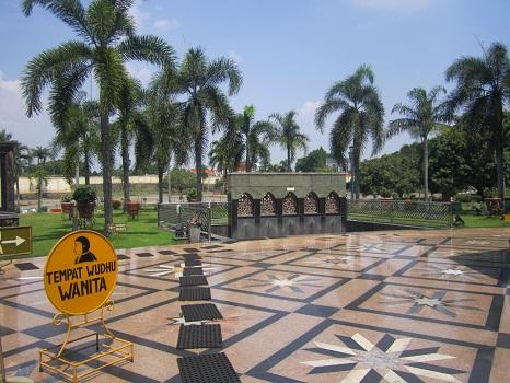 Area Tempat Wudhu Terbuka untuk Wanita yang Terdapat pada Bagian Luar (Masjid Kubah Emas Depok (Jumat 19 Agustus 2016)