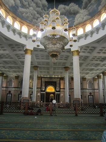 Lampu Kristal Tergantung di Kubah Utama Masjid (Masjid Kubah Emas Depok, Jumat 19 Agustus 2016)