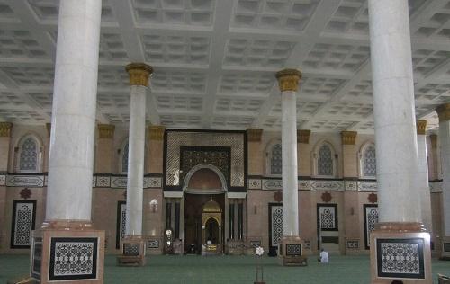 Bagian Depan Ruang Utama Shalat Masjid (Masjid Kubah Emas Depok, Jumat 19 Agustus 2016)