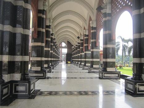 Lorong Selasar  Sisi Timur  Masjid Kubah Emas Depok  (Jumat 19 Agustus 2016)
