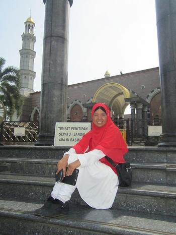 Dokumentasi Foto di Area Pintu masuk Jamaah Wanita Masjid Kubah Emas Depok  saat mendekati masjid (Jumat 19 Agustus 2016)