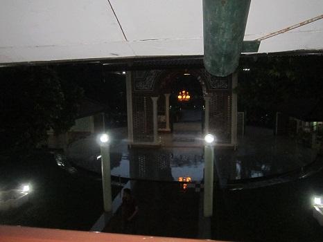 Gerbang Masjid UI dilihat dari lantai dua masjid, terlihat lantai berbentuk lingkaran dan sepasang lampu (Universitas Indonesia Depok, Jumat 19 Agustus 2016)