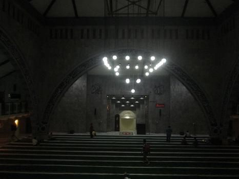 Beginilah Nyala Lampu Gantung Ruang Utama Shalat Masjid UI Depok dikala malam  (Universitas Indonesia Depok, Jumat 19 Agustus 2016)