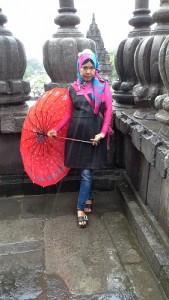 Meski hujan, di sempatkan juga ambil dokumentasi foto di salah satu lorong candi di kompleks Candi Prambanan