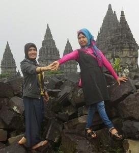 Dokumentasi Foto di atas batu-batuan bekas candi yang rusak yang ada di luar kompleks candi Prambanan