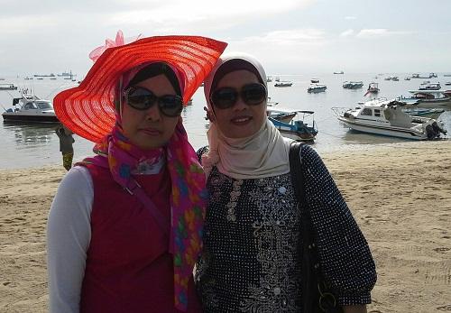 Dokumentasi Foto di Tanjung Benoa dengan Latar Belakang  Pasir Putih, Ombak yang Tenang, dan Laut yang Penuh dengan Kapal dan Motor Boat  untuk transporasi Wisata ke Pulau Penyu dan sekitarnya