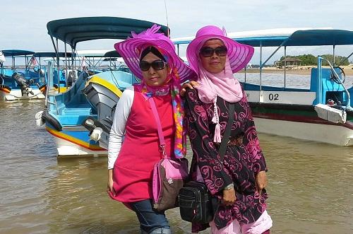 Dokumentasi Foto saat turun dari motor boat dan menyeberangi air laut menuju pantai pulau Penyu