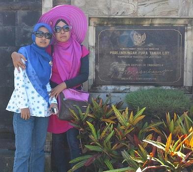 Dokumentasi Foto di depan Monumen Perlindungan Pura Tanah Lot yang diresmikan oleh Presiden RI Megawati Soekarnoputri tanggal 14 Juni 2003