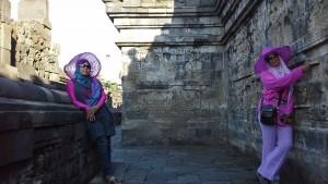 Menikmati Pesona Salah Satu Lorong Candi Borobudur dengan Dinding yang Dipenuhi Relief
