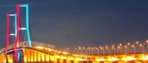 Pesona Jembatan Suramadu di Malam Hari
