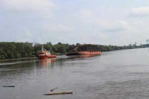 Kapal Berlayar di Sungai Siak