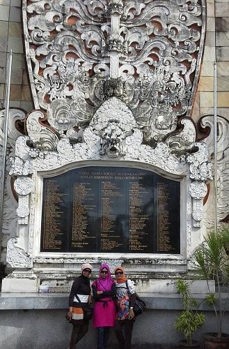 """Dokumentasi Foto Di Depan Monumen """"Ground Zero""""  Legian Kuta  Bali"""