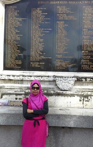 """Dokumentasi Foto Didepan Monumen """"Ground Zero"""" Bali, pada monumen tertulis nama-nama korban dan asal negaranya"""
