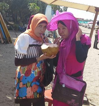 Menikmati Minuman Favorite Air Kelapa Muda di Pantai Kuta Bali