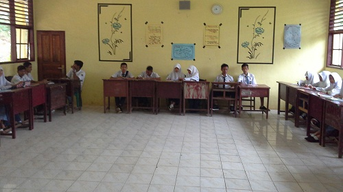 Penyusunan Tempat Duduk Leter U, siswa dibagi 5 kelompok, dan masing-masing beranggotakan 5-6 siswa